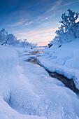 Sonnenaufgang am gefrorenen Fluss, Abisko, Gemeinde Kiruna, Norrbottens län, Lappland, Schweden