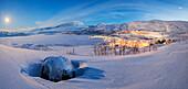 Panorama der beleuchteten Dorf in der Abenddämmerung, Riksgransen, Abisko, Gemeinde Kiruna, Norrbottens län, Lappland, Schweden