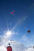 Ein Hubschrauber entfernt die Abfälle aus einem Lager auf Denali mit einer Slinglast.