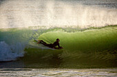 Die Regelmäßigkeit und Schönheit der Wellen am Le Loch Strand haben es zu einem Hot Spot für Surfer gemacht. Le Loch, Guidel, Bretagne.
