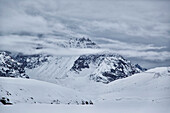 Blick auf eine staunenden Alpen in einer Wolke gehüllt