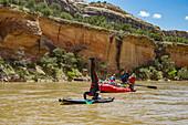 Mann macht einen Kopfstand während einer Rafting-Reise auf dem Yampa und den grünen Flüssen