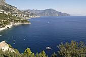 Italien, Amalfi-Küste, Landschaft, Panorama, Amalfi ist eine kleine spanisch-sehende Stadt, deren hohe weiße Häuser auf den Abhängen der Hügel vor einem tiefen blauen Meer gehockt werden.