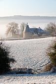 Old Oast Haus im Winter Frost, Burwash, East Sussex, England, Vereinigtes Königreich, Europa