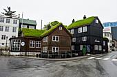Grasdachhäuser in Torshavn, Hauptstadt der Färöer, Dänemark, Europa