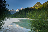 Fluss Pisnica mit Blick auf Razor und Prisojnik im Morgenlicht, Kranjska Gora, Gorenjska, Oberkrain, Nationalpark Triglav, Julische Alpen, Slowenien