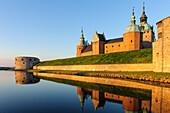 Kalmar Schloss mit Spiegelung in der Morgensonne , Schweden