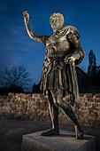 UNESCO Welterbe Grenzen des Römischen Reiches: Obergermanisch-Raetischer Limes, ausgeleuchtete römische Statue im Reiterkastell von Aalen, Limes Museum in Aalen, Ostalbkreis, Baden-Württemberg, Deutschland
