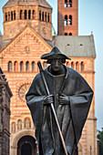 UNESCO Welterbe Dom zu Speyer, Skulptur eines Jakobspilgers in der Maximilianstraße am Kaiser und Mariendom, Rheinland-Pfalz, Deutschland