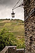 UNESCO Welterbe Oberes Mittelrheintal, Burg Stahleck, Blick auf umgebendes Weinanbaugebiet, Rhein, Rheinland-Pfalz, Deutschland