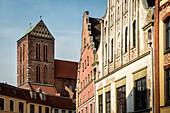 UNESCO Welterbe Hansestadt Wismar, Kirchturm der Nikolaikirche und heruntergekommenen Giebeldach Häusern, Mecklenburg-Vorpommern, Deutschland