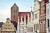UNESCO Welterbe Hansestadt Wismar, Kirchturm der Nikolaikirche und Giebeldach Häuserzeile, Mecklenburg-Vorpommern, Deutschland