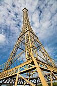 Nachbau von Eiffelturm im Stadtpark, Soing, Soing-Cubry-Charentenay, Haute-Saône, Bourgogne Franche-Comté (Burgund), Frankreich, Europa