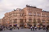 Außenansicht von GUM Kaufhaus am Roten Platz, Moskau, Russland, Europa