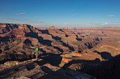 Mann übt Yoga am Abgrund vom Grand Canyon bei Shoshone Point, Grand Canyon Nationalpark, Arizona, USA