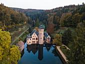 Luftaufnahme von Schloss Mespelbrunn mit Spiegelung im Schlossgraben, Mespelbrunn, Räuberland, Spessart-Mainland, Franken, Bayern, Deutschland