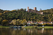 Main river vehicular ferry connecting Mondstein and Stadtprozelten with Henneburg castle, Stadtprozelten, Spessart-Mainland, Franconia, Bavaria, Germany