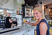 Junge Frau trinkt einen Drink Kneipe Urban Deli AB in SOFO , Stockholm, Schweden