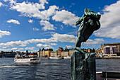 Blick auf Altstadt mit Skulptur im Vordergrund , Stockholm, Schweden
