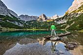 Wanderer am malerische Seebensee im Mieminger Gebirge, Tirol, Österreich