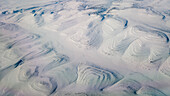 Schneebedekte Terrassen in einer Hügellandschaft in Sibirien