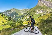 Bergpanorama, Allgäu, Radfahren, Mountainbike, Radtour, Bergtour, Käser Alp, Wanderer, Berglandschaft, Gipfel, Wanderurlaub, Natur, Wanderwege, Oberallgäu, Alpen, Bayern, Oberstdorf, Deutschland, Alpine Radwege