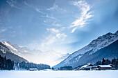 Deutschland, Bayern, Alpen, Oberallgäu, Oberstdorf, Stillachtal, Winterlandschaft, Winterurlaub, Bergbauernhof im Schnee, Schneefall, Berge, Nadelwald, Kiefern, Bergpanorama