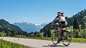 Deutschland, Bayern, Alpen, Oberallgäu, Oberstdorf, Rohrmoos, Sommerlandschaft, Sommerurlaub, Radfahrer, Mountainbiking in den Bergen, Bergpanorama