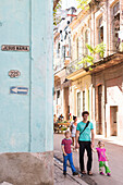 father with children, Calle Jesus Maria, historic town center, old town, Habana Vieja, Plaza de San Francisco, family travel to Cuba, parental leave, holiday, time-out, advanture, MR, Havana, Cuba, Caribbean island