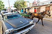 oldtimer and horse-drawn carriage on an empty street, colonial town, family travel to Cuba, parental leave, holiday, time-out, adventure, Cienfuegos, Cuba, Caribbean island