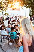 die Terrassen von Trinidad an der Iglesia Parroquial de la Santisima Trinidad in der Nähe des Plaza Mayor, auf den Treppenstufen und im Cafe Trinidad Terraces treffen sich Touristen aus aller Welt, beliebter Platz, seltener hot spot mit Internetzugang, Fa