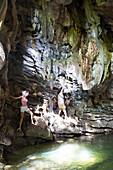 Höhle am Ende einer Wanderung durch den Nationalpark Topes de Colantes, wandern,  Touristen und Einheimische, beliebter Tagesausflug von Trinidad, Naturverbundenheit, Einsamkeit, Familienreise nach Kuba, Auszeit, Elternzeit, Urlaub, Abenteuer, bei Trinida