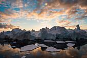 Späte Abendsonne fällt auf Meereseis und Eisberge, Marguerite Bay, nahe Rothera Station (GB), Adelaide Island, Antarktische Halbinsel, Antarktis