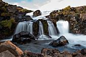 Langzeitbelichtung von Wasserfall nahe Seyðisfjörðdur im Osten von Island, Europa