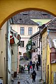 Gasse mit Menschen in der Oberstadt, Sighisoara (Schässburg), Siebenbürgen, Rumänien