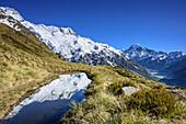 Bergsee mit Spiegelung, Mount Sefton, Mount Cook und Hooker Valley im Hintergrund, Hooker Valley, Mount Cook Nationalpark, UNESCO Welterbe Te Wahipounamu, Canterbury, Südinsel, Neuseeland