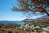 Bucht, Küstenlandschaft mit Dorfblick, Hotel, Meer, Agia Galini, Kreta, Griechenland