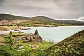Blick auf das zerfallene Kloster Derrynane an Traumstrand, Abbey Insel, Grafschaft Kerry, Irland, Ring of Kerry, Wild Atlantic Way, Europa