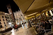 Piazza delle Erbe mit Cafe, Verona, Veneto, Italien