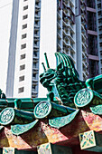 A dragon figure on the roof of the Taoist temple complex Wong Tai Sin Temple in Kowloon, Hong Kong, China, Asia