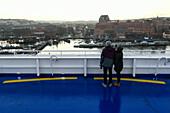 Junges Pärchen auf Fähre mit Blick auf Hafen in Göteborg, Schweden