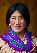 Portrait of a nyingma tibetan nomad woman during a pilgrimage in Labrang monastery, Gansu province, Labrang, China.