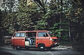 Mann sitzt in VW Bus, Aalen, Ostalbkreis, Baden-Württemberg, Deutschland, Europa.