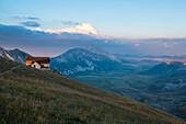 Italy, Abruzzo, Gran Sasso e Monti della Laga National Park, Plateau Campo Imperatore at sunset