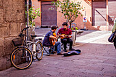 Street musisciants in the university area, Bologna, Emilia-Romagna, Italy, Europe