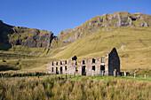 Ruined farmhouse beneath the rocky escarpment of Benbulbin, County Sligo, Connacht, Republic of Ireland, Europe