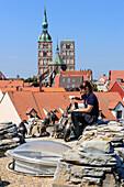 Pinguinfütterung auf dem Dach des Ozeaneum, Stralsund, Ostseeküste, Mecklenburg-Western Pomerania, Deutschland