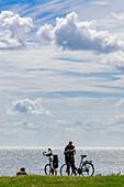 Radler machen Pause am Stettiner Haff, Usedom, Ostseeküste, Mecklenburg-Vorpommern, Deutschland