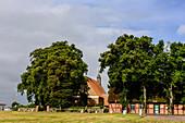 Der Ort Waase mit Kirche auf der Insel Ummanz, Rügen, Ostseeküste, Mecklenburg-Vorpommern, Deutschland