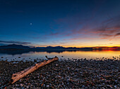 Sunset mood on Lake Chiemsee with views of the Chiemgau Alps and the Kaisergebirge, Chieming, Upper Bavaria, Germany